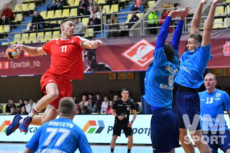 Москвичи побеждают петербуржцев